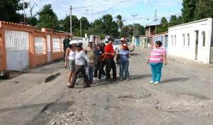 Alcalde José Ramón López, camina las calles de Luís Hurtado Higuera, momentos antes de iniciar el asfaltado de las 17 calles que integran el sector