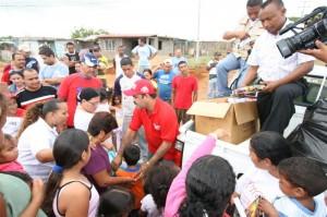El Alcalde Socialista de Caroní José Ramón López compartió con la familia de Villa Bahía la alegría de tener un juguete en navidad